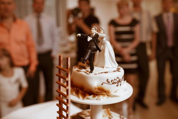 Шоколадный торт с фигурками молодых