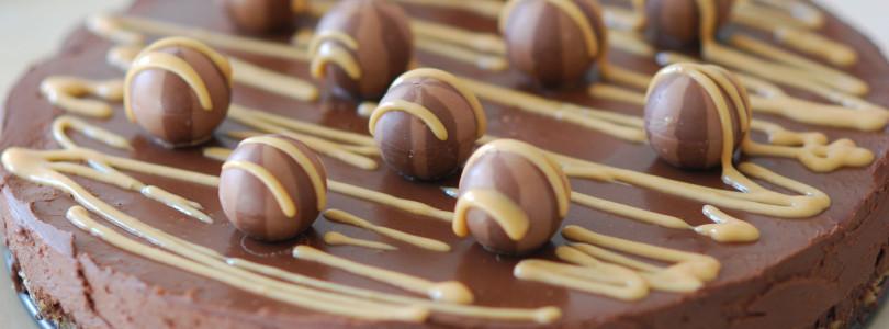 Украшаем праздничный торт шоколадом
