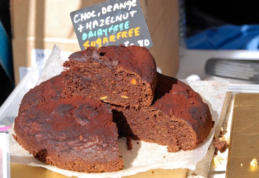 Шоколадный пирог раздают на фестивале всем желающим